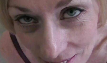 एक माँ सनी लियॉन की सेक्सी मूवी फिल्म मोज़ा छोटे गधे की मदद से, उसके बेटे का एक असली आदमी बना ।