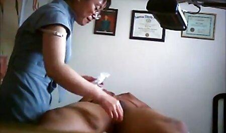 एक गंजा आदमी विशेष उपकरणों का उपयोग कर बकवास हिंदी सेक्सी पिक्चर मूवी करने के लिए एक हाथ से एक लड़की पहने